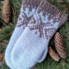 Det har blitt noen slike mariusvotter den siste tiden de er morsomme å strikke og i tilleg er det artig å prøve ut forskjellige fargekombinasjoner #strikking #mariusvotter #mariusstrikk #strikkeglede #votter #strikkedilla #strikkevotter #knitting #mittens #knitmittens #sandnesgarn #fritidsgarn #madebyme #DIY #