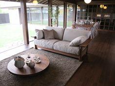 ウォールナットカラーの床材にウォールナット無垢材の家具でコーディネートした実例です!低い丸テーブルは高さ変更可能な折れ脚タイプです。