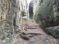 Skalní bludiště Mšeno cesta mezi skalami