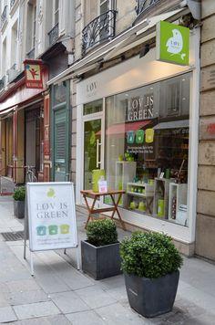 La bonbonne de thé en dégustation gratuite devant la boutique Lov Organic, au 15 rue Montorgueil