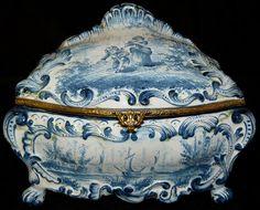 ANTIQUE EUROPEAN BLUE & WHITE PORCELAIN HINGED BOX