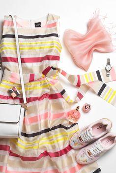 Persoonallinen tyyli saa näkyä juhlapukeutumisessa. Yhdistä sievään mekkoon mukavat tennarit ja värikäs minikokoinen laukku.