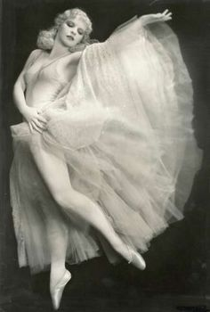 Harriet Hoctor (September 1905 — June was a ballerina, dancer, actress and instructor from Hoosick Falls, New York. Composer George Gershwin composed a symphonic orchestral piece (Hoctor's Ballet) specifically for Hoctor in the film Shall We Dance Vintage Burlesque, Vintage Ballet, Vintage Girls, Ziegfeld Girls, Ziegfeld Follies, Shall We Dance, Dance Art, Showgirls, Vintage Beauty
