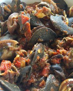 Un kédjénou d'escargots épicés pour ce soir c'est pas mal aussi non? Les amateurs d'escargots? #IvorianFood la bonne cuisine! #fb