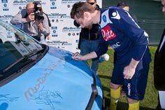 Piłkarze drużyny NAPOLI podpisują wyjątkowy egzemplarz Fiata Panda