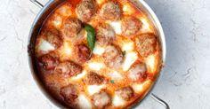 gehaktballen in tomatensaus met mozzarella en basilicum