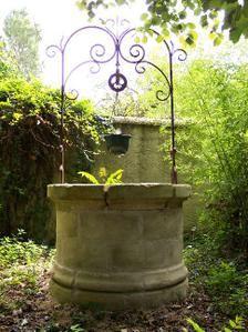 « A u milieu du village, il y avait un puits. Un puits moussu et tranquille. Un bon vieux puits qui ressemblait à tant d'autres : un de ces bons vieux puits, rond et grassouillet, paressant toute la journée au soleil. Pourtant les légendes du lieu racontaient...