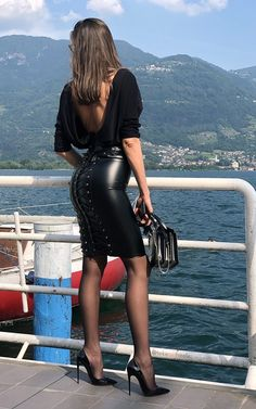 Long Leather Skirt, Leather Mini Skirts, Pantyhose Outfits, In Pantyhose, Nylons, All Black Outfit For Work, Beautiful Legs, Beautiful Women, Beautiful Clothes