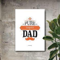 """Lámina con la frase en inglés """"100 percent Pure Super Dad"""" y diseño Qué Way! Puedes elegir entre tres tamaños diferentes: A5, A4 y A3 y puedes comprarla con o sin marco. El marco puede ser en blanco o en negro a elegir."""