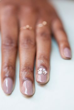 Try this DIY wedding day nails tutorial for brides. It's so easy and simple. If you're looking for an interesting nail art design, try glitter nails. This pearl-encrusted manicure is perfect for your big day. Diy Wedding Day, Winter Wedding Nails, Wedding Nails For Bride, Wedding Nails Design, Wedding Hair, Hard Nails, Thin Nails, Beautiful Nail Designs, Cool Nail Designs