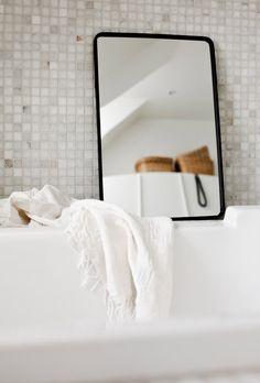 Auch kleine Spiegel schaffen Größe - gerade bei kleinen Badezimmern
