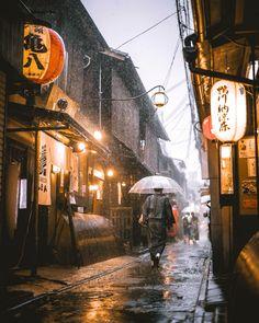 Rainy day in Ponto-Chō Kyoto Japan. Kyoto Japan, Tokyo Japan, Okinawa Japan, Japan Street, Aesthetic Japan, Visit Japan, Japanese Architecture, Japan Travel, Sweden Travel