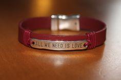 """""""NOUVEAUTE"""" bracelet en cuir rouge , plaque """"all we need is love"""" fermoir aimanté : Bijoux pour hommes par isabond007"""