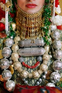 quelowat:  Photograph by Punam Bean A Jewish Yemenite Henna Ceremony is a tradition dating as far back as the Bronze Age. The bride-to-be is adorned with ornate jewelry and a headdress in the traditional style of wedding attire of Yemenite Jews. Via National Geographic