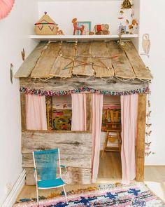 Spielhaus für das Kinderzimmer aus grobem Holz im Boho Look