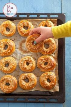 Za zapach, którym wypełni się Wasz dom podczas pieczenia, powinni przyznawać Oscara. Są pyszne, śliczne i proste w przygotowaniu. Ja uwielbiam je z wytrawnymi dodatkami, np. z pastą z awokado i pomidorami. Polecam też wersję na słodko np. z pomarańczową marmoladą. Kto piecze ze mną? Domowe bajgle żytnie Oba rodzaje ...czytaj Bread Recipes, Cooking Recipes, Cake Recipes, Best Homemade Bread Recipe, Good Food, Yummy Food, Bread Cake, Dinner Rolls, No Bake Cake