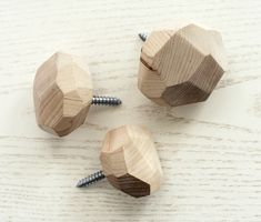 DIY faceted wooden wall hooks - Man Made Diy Wall Hooks, Wooden Wall Hooks, Wooden Walls, Wooden Doors, Diy Haken, Deco Nature, Diy Wand, Woodworking Wood, Woodworking Classes