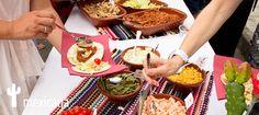 Mexicana. Una mesa de lo más divertida, llena de color y de ingredientes variados. Con esta temática te trasnportarás al país de los tacos y los burritos. http://www.hambroneta.com/mesas-tematicas
