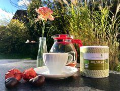 Dem grauen Wetter zum Trotz verwöhnen wir Euch heute noch einmal mit Erinnerungen der letzten Herbst-Sonnenstrahlen☀️. Kocht Euch eine unserer köstlichen sweevia® Teekreationen oder süßt Euren Lieblingstee mit unseren sweevia® Bio Stevia Blättern und wärmt Euch von innen. Wir tun es Euch gleich und wünschen allen da draußen einen schönen Montag!