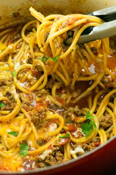 Taco spaghetti is a super easy and quick weeknight dinner you can make in just ONE POT! How perfect is that. One Pot Dinners, Quick Weeknight Dinners, Quick Recipes, Beef Recipes, Cooking Recipes, Delicious Recipes, Taco Spaghetti, Spaghetti Recipes, Taco Meal