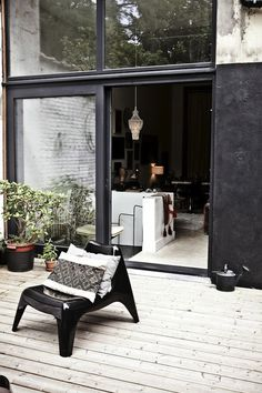 Black Walls Are The New Trend In Outdoor Decorating – AphroChic: Modern Global Interior Decorating Home Design Decor, House Design, Outdoor Walls, Outdoor Spaces, Outdoor Decor, Indoor Outdoor, Outside Living, Outdoor Living, Outdoor Life