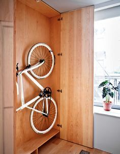 Hello cycling lovers! Everyone knows how frustrating can sometimes bike parking indoors be, especially when you don't have much space on your home.