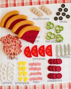 Pizza belegen: diverse Kärtchen vorbereiten, womit die Pizza belegt werden soll.