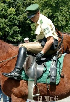 "breecheskerl6: "" cops-in-boots: "" German mounted police officer in leather breeches "" schon sehr anregend!!! """