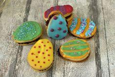 Oster Eier Kekse gefüllt mit Schokoladencreme und bunt dekoriert .Ein tolles Rezept für Ostern, für Kinder und für alle, die es bunt lieben! Wie ein Osterkuchen, nur kleiner.