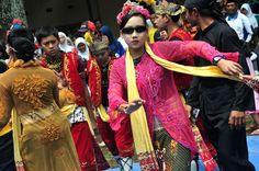 Indonesia memang kaya akan tradisi dan budaya. Bahkan untuk meminta hujan banyak sekali ritual unik yang dipercaya masyarakat di beberapa daerah di Indonesia salah satunya adalah Tari Sintren yang berasal dari daerah pesisir utara pulau Jawa.Tari Sintren atau Lais adalah tarian yang beraroma magis, yang diadakan dalam upacara adat ketika