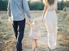 Con la pequeña de la mano #familia #fotografia
