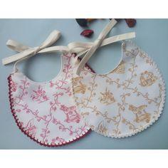Babetes de bebé com remate em crochê para uma saída especial! Make And Sell, How To Make, Pineapple, Baby Shoes, Kids, Clothes, Things To Sell, Fashion, Diy Baby