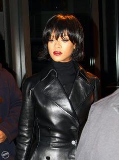 Rihanna en Proenza Schouler et total look noir à New York le 19 novembre 2013