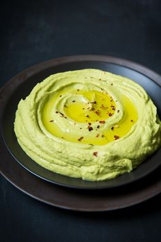 Avocado Hummus - this stuff is AMAZING!! Hummus Tahini Recipe, Avocado Hummus, Chickpea Hummus, Garlic Hummus, Ripe Avocado, Recipe For Humus, Hummus Dip, Hummus Food, Basil Hummus