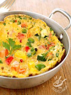 La Frittata di zucchine, peperoni e pomodori: ecco un piatto vegetariano che unisce alle proprietà salutari degli ortaggi freschi le proteine delle uova.