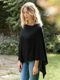Today I have put together a fantastic collection of Poncho Outfit Ideas. This time we are going to speak about ponchos outfit ideas. This pretty outerwear piece Neat Casual Outfits, Komplette Outfits, Fall Outfits, Maternity Outfits, Stylish Outfits, Cashmere Poncho, Cashmere Wrap, Knit Poncho, Poncho Outfit