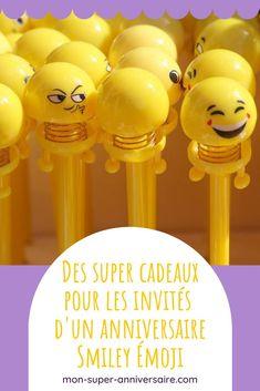 Découvre toutes nos idées de cadeaux pour rendre heureux les invités de ton super anniversaire Smiley Émoji ! Smileys, Pochette Surprise, Invitation, Emoji, Birthday Display, Candy Theme, Great Gifts, Make Happy, Goody Bags