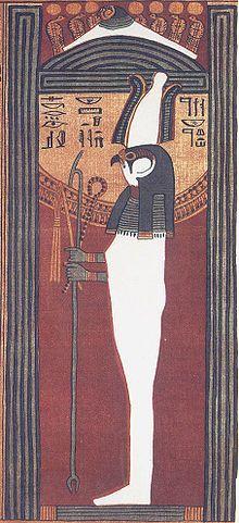 """Sokar, dios de la oscuridad, de la Duat (el Mundo Inferior) y la decadencia en la Tierra. Era protector de los muertos y patrón de los herreros. Hombre momificado con cabeza de halcón, portando corona Atef, cetro uas y anj, a veces sobre un trono. En sus orígenes fue adorado como dios de la Tierra y la fertilidad. Su principal misión, como divinidad funeraria denominada el """"ba de Ra"""", era guardar la entrada a la Duat, y habitaba en una caverna secreta, llamada Imhet """"La puerta de caminos""""."""