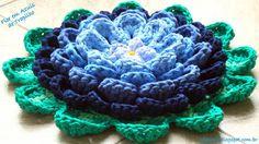 Flor em Azuis de Trapilho (Rag Flower). Gráfico/Pattern: http://helenacc.blogspot.com.br/2013/04/flor-em-azuis-de-trapilho.html