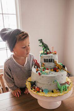How cool is this dinosaur birthday cake ? Perfect for kids who love dinosaurs- Wie cool ist diese Dinosaurier-Geburtstagstorte ? Perfekt für Kinder, die Dinosaurier lieben How cool is this dinosaur birthday cake? Dinosaur Birthday Cakes, Cake Birthday, Dinosaur Cake Easy, Dinosaur Cakes For Boys, Dinosaur Cupcakes, Dino Cake, T Rex Cake, 3rd Birthday Parties, Third Birthday