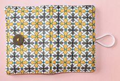 cocodrilova: tarjetero amarillo y gris  #tarjetero #monedero #hechoamano   tarjetero-personalizado