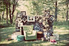 Un espace bien délimité en extérieur si le temps si prête  Une pancarte : photobooth, studio photo...  Un décor : un vieux fauteuil, un drap suspendu, des meubles sortis d'une brocante ou de chez vos grands-parents, un décor en lien avec votre thème, là c'est à vous de faire fonctionner votre imagination.  Des accessoires : fausses moustaches, grosse bouche, boas, cadre sans fond, perruques, lunettes, chapeaux..   Un appareil photo numérique ou polaroïd, ou bien votre photographe peut lui…