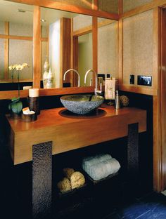 Wood, stone, metal and mirror. So clean and tranquil. Feng shui all over the frickin place.