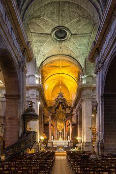 La basilique Saint-Sauveur de Rennes est une basilique mineure de l'Église catholique romaine, connue sous le nom de Notre-Dame des Miracles et Vertus, située au cœur du centre-ville historique de Rennes en France. Sa fondation, sous le nom de Saint-Sauveur, est antérieure au XIIesiècle. Agrandie à plusieurs reprises et reconstruite au début du XVIIIesiècle, elle a été le siège d'une paroisse pendant près de trois cents ans, jusqu'à la Seconde Guerre mondiale, puis à nouveau à partir de…