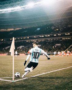 Fc Barcelona, Lionel Messi Barcelona, Ronaldinho Wallpapers, Lionel Messi Wallpapers, Soccer Players, Football Team, Messi Argentina, Messi Photos, Leonel Messi
