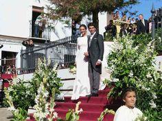 Cayetano Rivera y Eva González en la puerta de la iglesia