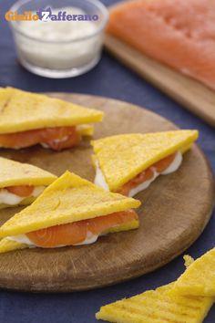 Il #SANDWICH DI #POLENTA E SALMONE è un antipasto perfetto per stupire tutti gli ospiti! #ricetta #GialloZafferano: http://ricette.giallozafferano.it/Sandwich-di-polenta-con-salmone-e-crescenza.html #italianfood #italianrecipe