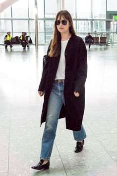 8051cbe258ee88 Dakota Johnson at the Heathrow Airport in London today [October 17th, 2918]  ❤