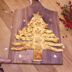 Puff pastry tree with salmon and dill- Sapin feuilleté au saumon et à l'aneth For the Christmas aperitif, make a puff pastry tree with salmon and dill - Holiday Appetizers, Appetizer Recipes, Snack Recipes, Easy Smoothie Recipes, Cinnamon Cream Cheeses, Pumpkin Spice Cupcakes, Luau Party, Snacks, Christmas Cookies