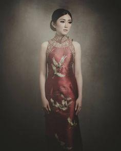 50 Beautiful Qipao and Cheongsam Details That Will Take Your Breath Away Cheongsam Modern, Cheongsam Wedding, Cheongsam Dress, Chinese Gown, Kimono Design, Traditional Dresses, Pretty Dresses, Dress Making, Wedding Blog